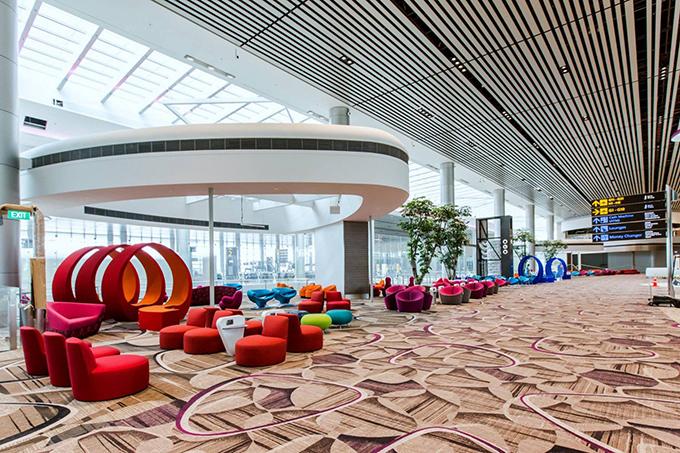 Sân bay có rất nhiều khu vực nghỉ ngơi miễn phí, thậm chí còn có cả phòng ngủ vỡi ghế dài, bịt mắt, ổ cắm điện cho mỗi ghế rất tiện lợi...