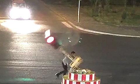 Tài xế đập cột đèn giao thông vì phải đợi quá lâu
