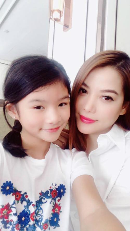 Trương Ngọc Anh selfie bên con gái.