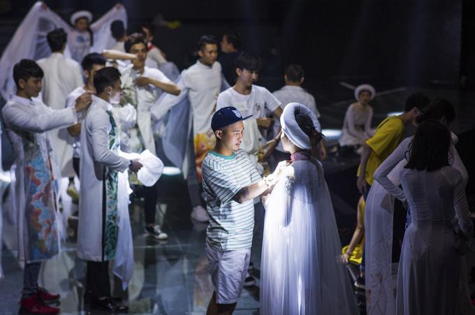 Tối 9/9, nhà thiết kế Bảo Bảo bận bịu chuẩn bị trang phục cho dàn thí sinh Siêu mẫu Việt Nam 2018. Anh mang tới bộ sưu tập mới nhất, may bằng chất liệu lụa, mang họa tiết hoa sen.