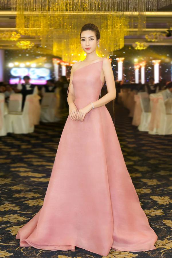 Tham dự dạ tiệc Hoa hậu Việt Nam, Đỗ Mỹ Linh hút ánh nhìn khi diện bộ đầm lệch vai màu pastel dịu nhẹ, khắc họa hình ảnh tiểu thư yêu kiều.