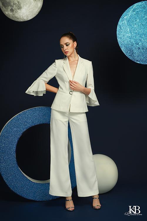 Những bộ vest thanh lịch được điểm xuyết chi tiết như ống tay loe, khóa đính kim loại giúp set đồ trông mềm mại hơn.