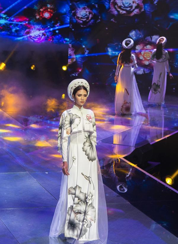 Chân dài Hải Yến thể hiện một mẫu áo dài cách điệu ở phần ngực và tay áo.