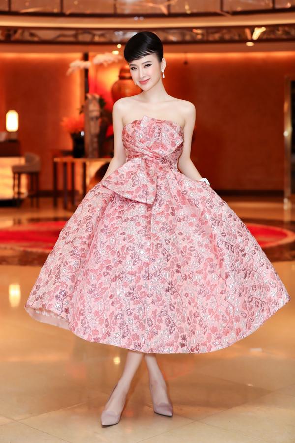 Chiếc váy xòe rộng thêu họa tiết hoa của Đỗ Mạnh Cường biến Angela Phương Trinh thành công chúa ngọt ngào.