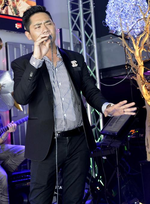 Minh Luân thể hiện một ca khúc bolero trong đêm nhạc.