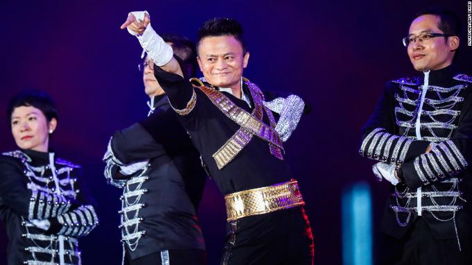 Jack Ma nhảy Michael Jackson với nhân viên Alibaba trong sinh nhật công ty năm ngoái. Ảnh:CNN.