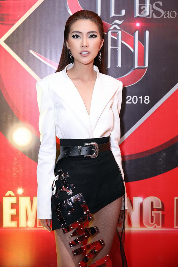 Tường Linh The Face gây ấn tượng trên thảm đỏ chung kết Siêu mẫu Việt Nam với thiết kế chân váy pha lưới, gắn chữ bản lớn độc đáo.