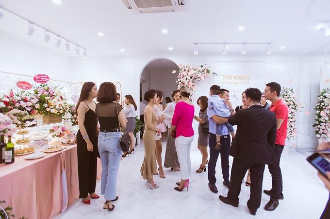Cuối tuần qua, The Knot Wedding Zone đã tổ chức sự kiện khai trương đã đón tiếp gần 500 lượt khách tham quan và trải nghiệm dịch vụ.