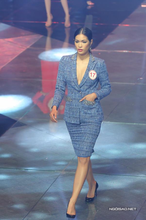 Sau màn trình diễn bikini, các thí sinh tiếp tục xuất hiện trên sàn diễn với bộ sưu tập vest của nhà thiết kế Patrick Phạm.
