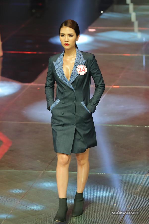 Các mẫu trang phục của nhà thiết kế thời trang đến từ Paris nhận được nhiều lời chê bai về phom dáng và xử lý chất liệu của khán giả.