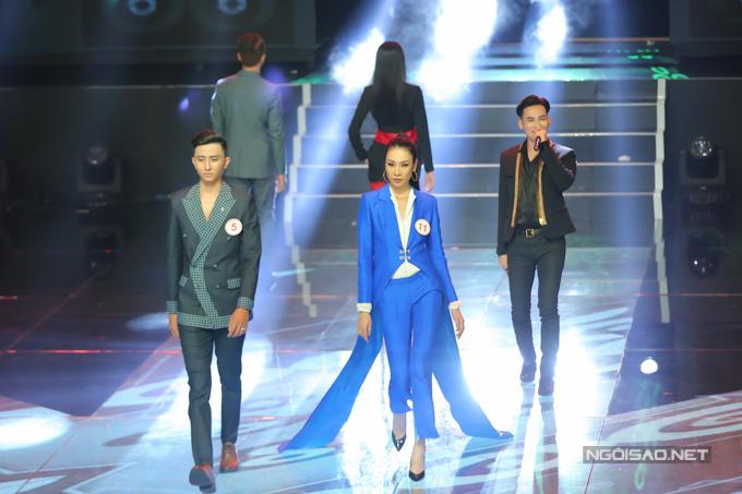 Đêm chung kết Siêu mẫu VN tổ chức khá lê thê, tuy nhiên nôi dung chương trình lại nhàm chán bởi 30 thí sinh lần lượt tham gia 4 phần thi catwalk.