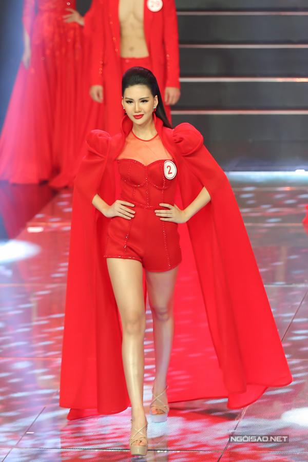 Từng tham gia cuộc thi Hoa hậu Hoàn vũ Việt Nam 2017 giúp Quỳnh Hoa tự tin hoàn thành tốt các phần thi tại đêm chung kết siêu mẫu.