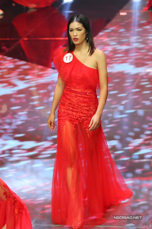 Trước khi ban giám khảo công bố top 12 thí sinh vào vòng ứng xử, 30 thí sinh một lần nữa cùng tham gia biểu diễn bộ sưu tập của Hà Duy.