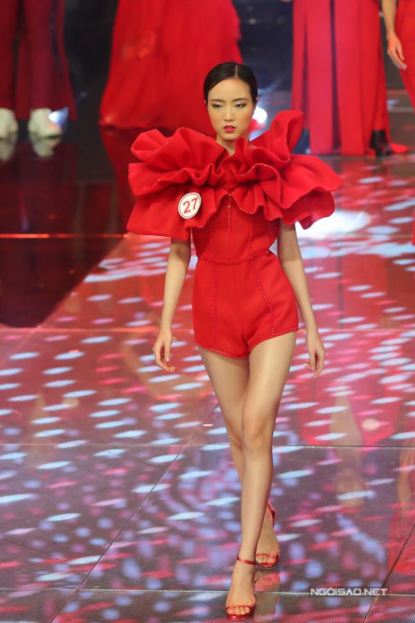 Bộ sưu tập trang phục ấn tượng được thiết kế trên tông đỏ nổi bật, đây cũng là gam màu được chọn làm biểu tượng cho Siêu mẫu VN năm nay.