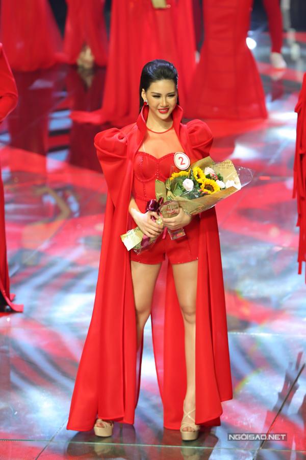 Thí sinh Quỳnh Hoa mang số báo danh 02 vượt qua 5 thí sinh còn lại để giành ngôi vị cao nhất của cuộc thi.