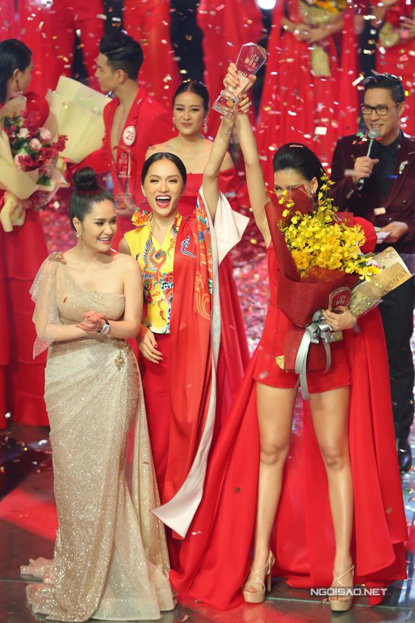 Hoa hậu Hương Giang vô cùng phấn khởi vì học trò của mình đã giành được giải vàng tại cuộc thi người mẫu danh giá.