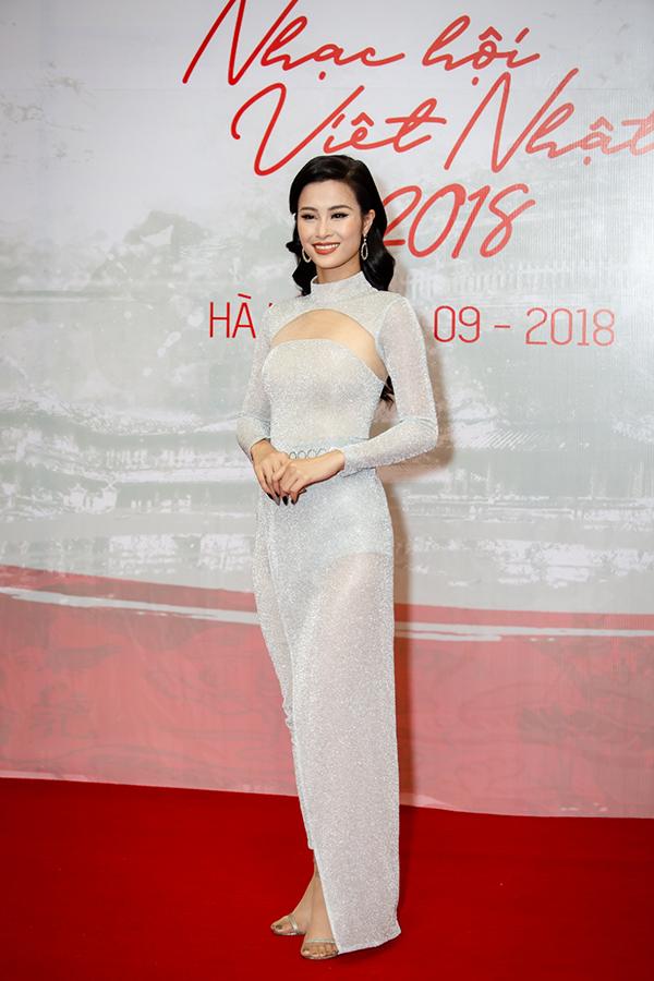 Đông Nhi là một trong những giọng ca Việt Nam tham dự chương trình. Cô được bạn trai Ông Cao Thắng tháp tùng nhưng chỉ xuất hiện một mình trên thảm đỏ.