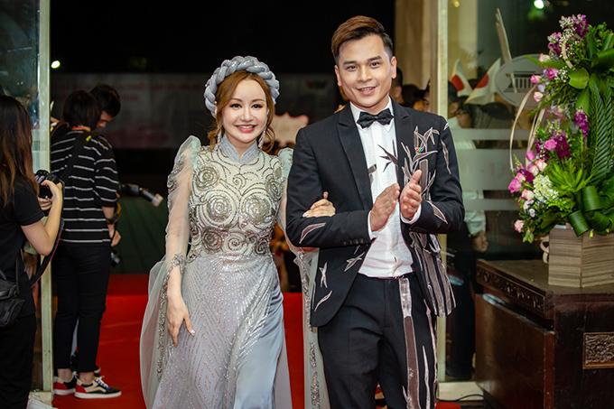Việt Nga khoác tay Danh Tùng bước vào thảm đỏ. Hai người đảm nhận vai trò MC chính của chương trình.