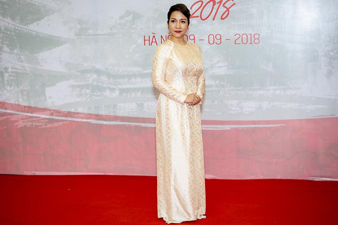 Ca sĩ Mỹ Linh chọn áo dài nền nã, đi cùng các học trò trong nhóm Young Hit Young Beat đến dự chương trình giao lưu văn hóa.