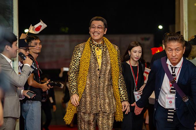 Tối 9/9, ca sĩ Piko Taro, nổi tiếng với ca khúc Pen-Pineapple-Apple-Pen được chào đón nồng nhiệt khi xuất hiện tại thảm đỏ nhạc hội Việt - Nhật tại Hà Nội. Anh được người hâm mộ trên khắp thế giới đặt cho biệt danh ca sĩbút dứa bút táo.