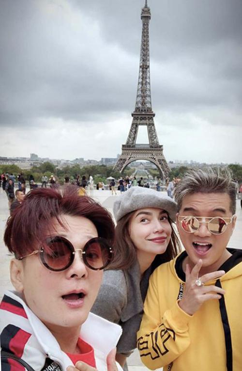 Hồ Ngọc Hà pose hình cùng ca sĩ Đàm Vĩnh Hưng, Vũ Hà tại tháp Eiffel, Paris nước Pháp.