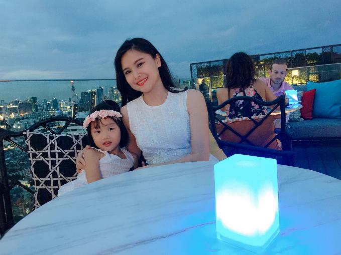 Ở độ tuổi này của con gái, BTV Khánh Ly ưu tiên thời gian cho bé tham gia các hoạt động vui chơi. Vì vậy, việc làm quen với các ngôn ngữ khác được chị tổ chức thành trò chơi cho con mỗi ngày.
