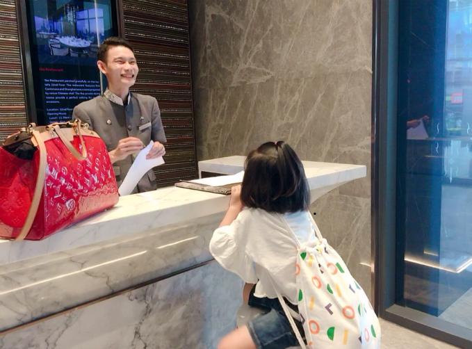 Sự nhí nhảnh, đáng yêu của cô bé Mina khi nói chuyện bằng tiếng Thái khiến lễ tân khách sạn bật cười.
