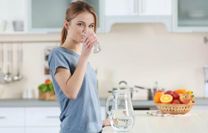 Duy trì thói quen uống đủ nước giúp đảm bảo độ ẩm cho cơ thể cũng như làn da.