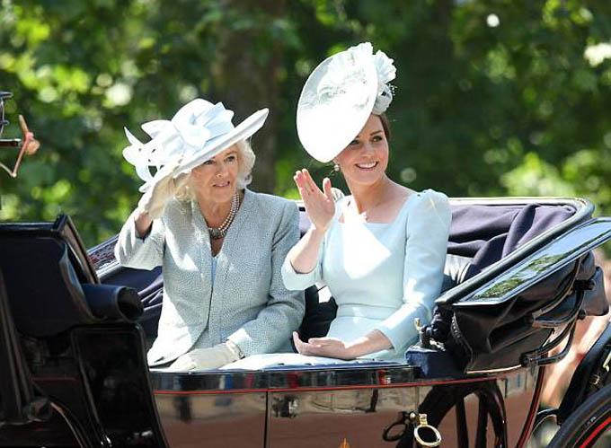 Kate ngồi cùng xe ngựa với mẹ kế, bà Camilla Parker-Bowles, tronglễ diễu hành sinh nhật Nữ hoàng hồi đầu tháng 7. Ảnh: WireImage.