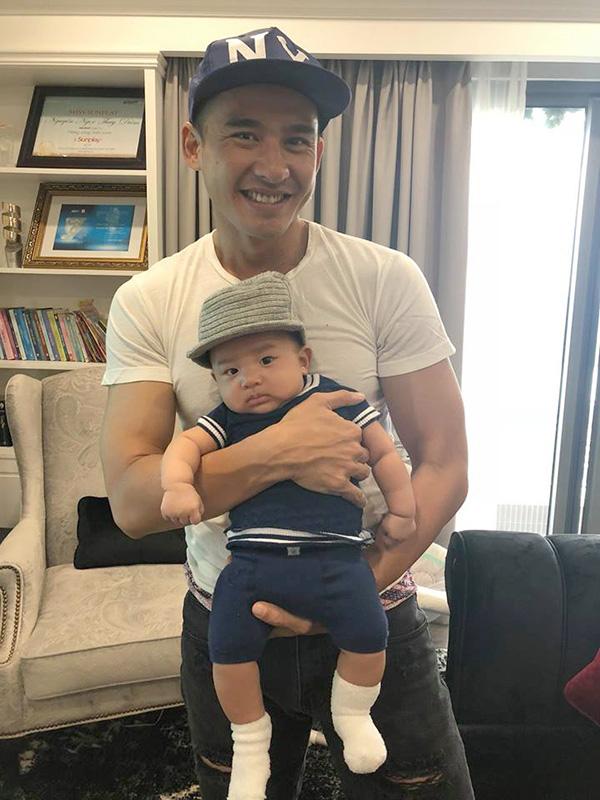 Con trai Thúy Diễm tên ở nhà là Bảo Bảo, sinh ngày 27/6, có nhiều nét giống bố.