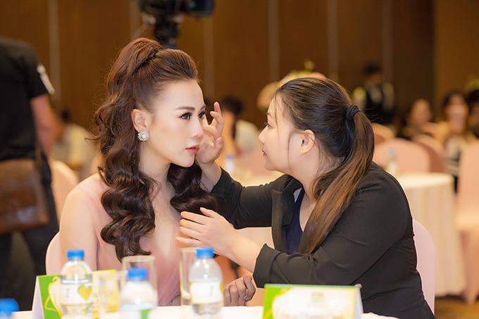 Chị gái thứ hai của nữ diễn viên tên Phương Dung, hơn cô 6 tuổi.Thời gian Phương Oanh còn kinh doanh thời trang, chị gái chính là người phụ giúp cô trong mọi hoạt động của cửa hàng. Trong suốt sự kiện, chị gái luôn quan tâm, chăm sóc Phương Oanh từ những việc nhỏ nhất.