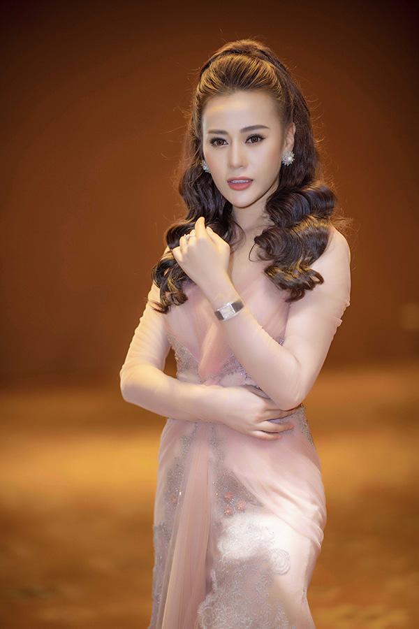 Nữ diễn viênsử dụng đồng hồ đắt giá hiệu Chopard, nhẫn kim cương và khuyên tai đính đá to bản để hoàn thiện phong cách sang trọng.