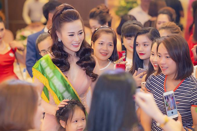 Trong suốt sự kiện kéo dài 3 tiếng, Phương Oanh được người hâm mộ đủ mọi lứa tuổi bao vây, liên tục xin chụp hình cùng.