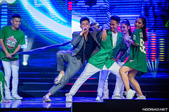 Quán quân Vietnam Idol 2015, Trọng Hiếu, mang đến hình ảnh đầy sức sống của giới trẻ Việt Nam qua hai ca khúc Con đường tôi và Cứ thế bay.
