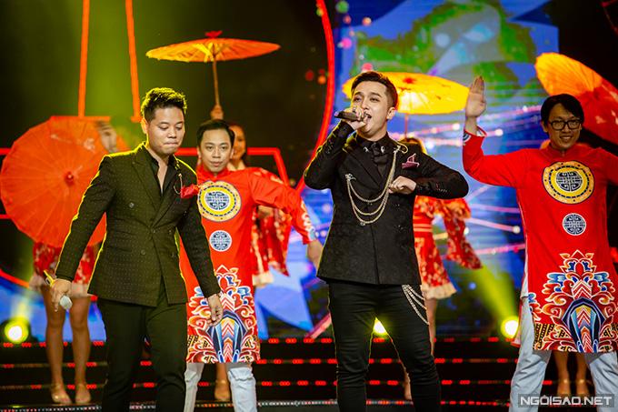 Dương Trần Nghĩa và Yanbi thể hiện bài hát chủ đề của đêm nhạc mang tên Gặp tôi hoa nở. Nhạc hội Việt - Nhật sẽ được phát sóng truyền hình vào ngày 15/9 nhân dịp kỷ niệm 45 thiết lập quan hệ ngoại giao giữa hai nước.