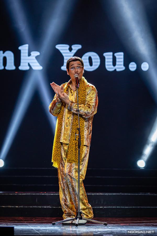 Tối 8/9, Piko Taro là một trong những nghệ sĩ tham gia nhạc hội Việt - Nhật diễn ra tại Hà Nội. Nam ca sĩ người Nhật Bản nổi tiếng khắp thế giới khi phát hành ca khúcPen Pinapple, Apple Pen phát hành cuối năm 2016. Video bài hát thu hút hơn 200 triệu lượt xem trên Youtube. Ông được truyền thông đặt cho biệt danh hiện tượng Apple Pen hoặc ca sĩ bút táo bút dứa.Piko Taro tên thậtKosaka Kazuhito, sinh năm 1973.