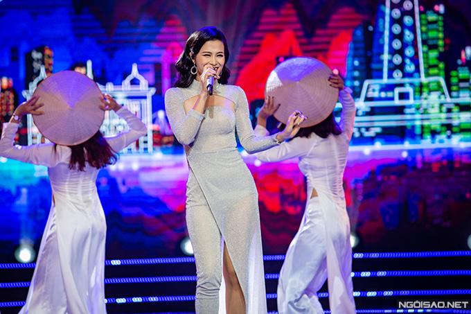 Đông Nhi mang đến không khí sôi động với Do It Together và Nụ cười Việt Nam . Nữ ca sĩ là gương mặt quen thuộc trong các chương trình giao lưu văn hóa Việt Nam - Nhật Bản nhiều năm nay.