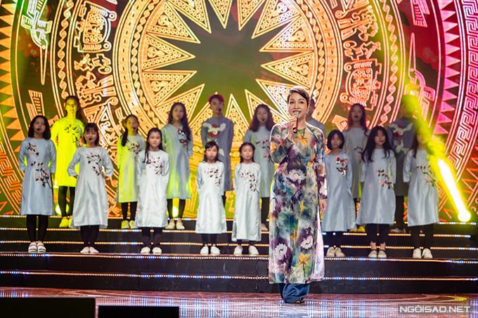 Ca sĩ Mỹ Linh mang đến không gian nồng nàn khi thể hiện các ca khúc Tình ca của Phạm Duy và Diễm xưa của Trịnh Công Sơn.