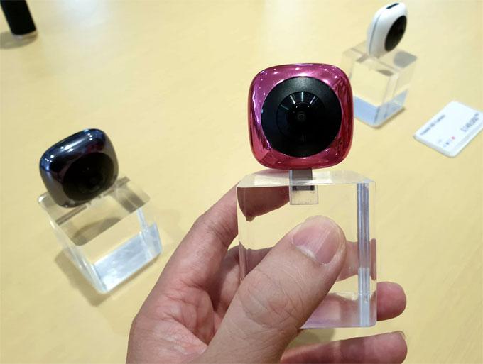 Camera 360 độ của Huawei được gắn trực tiếp vào điện thoại qua cổng USB-C.