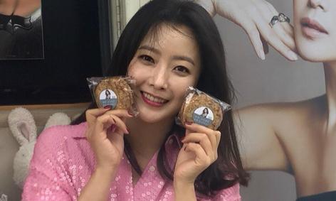 Kim Hee Sun thích thú với xe cafe do fan tặng