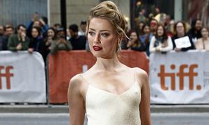 Amber Heard diện mốt 'thả rông' trên thảm đỏ liên hoan phim Toronto