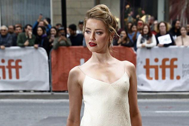 Amber luôn theo đuổi phong cách quyến rũ trên các thảm đỏ. Cô từng được nhiều tạp chí bình chọn vào top những mỹ nhân gợi tình nhất thế giới.
