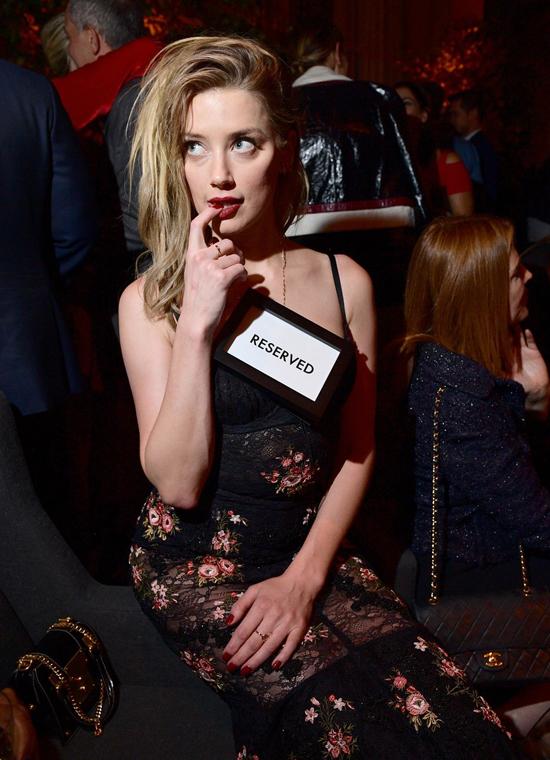 Buổi tối ngày trước đó (8/9), Amber diện đầm ren dự tiệc báo chí ở liên hoan phim.
