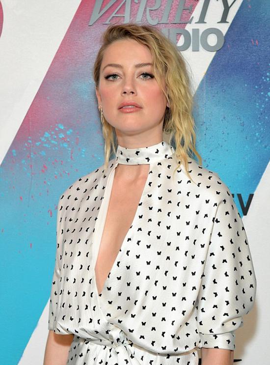 Nữ diễn viên 32 tuổi thay bộ đầm khác khi vào buổi họp báo.