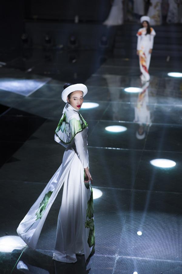 Sau họa tiết gạch bông, nhà thiết kế sinh năm 1983 tiếp tục đưa hình ảnh hoa sen lên tà áo dài. Anh từng có thời gian dài học tập và làm việc tại Mỹ nhưng vẫn yêu những nét đẹptruyền thống, hoài cổ của Việt Nam.