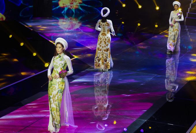 Người mẫu Khánh Vân cùng các thí sinh trình diễn e ấp trong đêm chung kết tối 9/9.