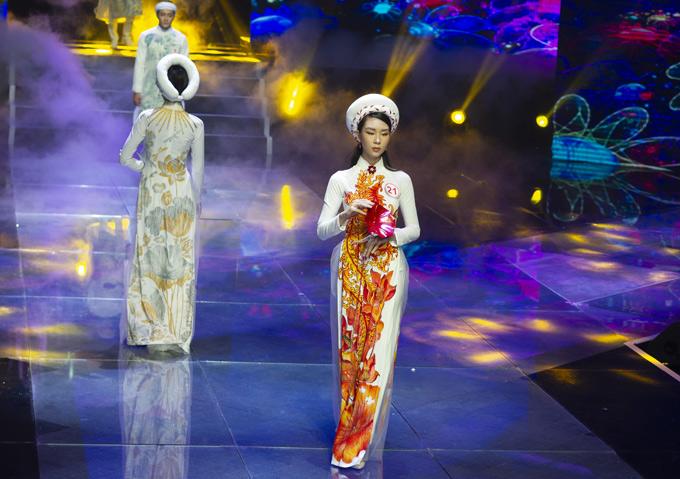 Chân dài Đông Hạ sải bước với trang phục mang họa tiết rực rỡ, bắt mắt.