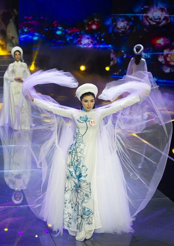 Người đẹp Tuyết Trần bay bổng với một thiết kế đính áo choàng voan phía sau.