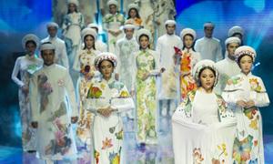 Thí sinh Siêu mẫu trình diễn áo dài hoa sen của Bảo Bảo