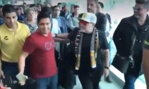 Maradona đẩy 'phũ' khi fan áp sát chụp ảnh